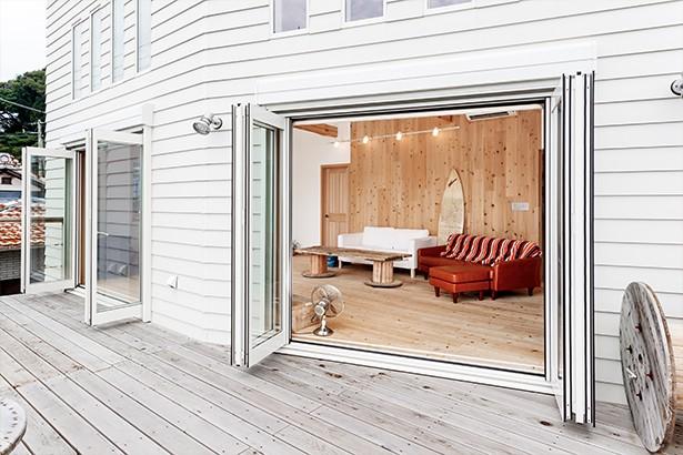 目の前の海風がよく入り、海を感じてのんびりとくつろげる家 (テラスに続く大きな窓)