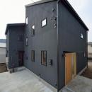 外観は黒、内観は白×ナチュラルスリット階段や大きな窓で開放感溢れる家の写真 外観