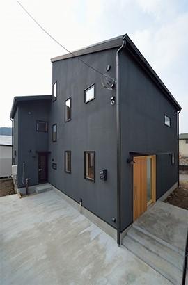 外観は黒、内観は白×ナチュラルスリット階段や大きな窓で開放感溢れる家 (外観)