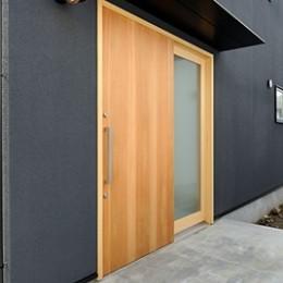 外観は黒、内観は白×ナチュラルスリット階段や大きな窓で開放感溢れる家 (玄関)