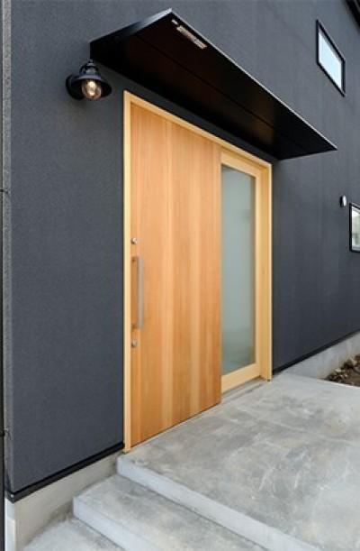 玄関 (外観は黒、内観は白×ナチュラルスリット階段や大きな窓で開放感溢れる家)