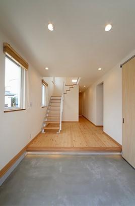 外観は黒、内観は白×ナチュラルスリット階段や大きな窓で開放感溢れる家 (広々としたモルタルの土間)