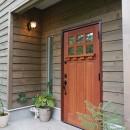 四季を感じ暮らしを楽しむ家の写真 こだわりの木製玄関ドア