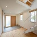 外観は黒、内観は白×ナチュラルスリット階段や大きな窓で開放感溢れる家の写真 白と木を基調に開放感を