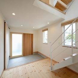 外観は黒、内観は白×ナチュラルスリット階段や大きな窓で開放感溢れる家