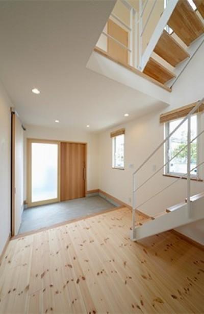外観は黒、内観は白×ナチュラルスリット階段や大きな窓で開放感溢れる家 (白と木を基調に開放感を)