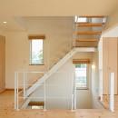 外観は黒、内観は白×ナチュラルスリット階段や大きな窓で開放感溢れる家の写真 階段