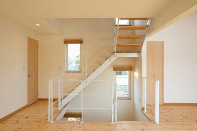 階段 (外観は黒、内観は白×ナチュラルスリット階段や大きな窓で開放感溢れる家)
