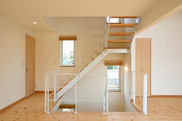 外観は黒、内観は白×ナチュラルスリット階段や大きな窓で開放感溢れる家 (階段)