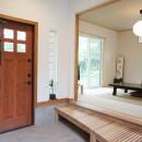 四季を感じ暮らしを楽しむ家の写真 小上がりの玄関と落ち着きのある和室