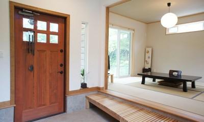 小上がりの玄関と落ち着きのある和室|四季を感じ暮らしを楽しむ家