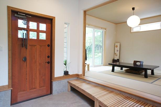 玄関事例:小上がりの玄関と落ち着きのある和室(四季を感じ暮らしを楽しむ家)