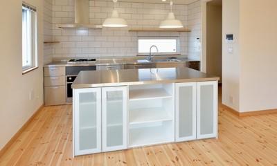 外観は黒、内観は白×ナチュラルスリット階段や大きな窓で開放感溢れる家 (スタイリッシュな造作キッチン)