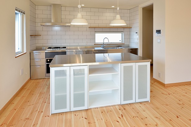 キッチン事例:スタイリッシュな造作キッチン(外観は黒、内観は白×ナチュラルスリット階段や大きな窓で開放感溢れる家)