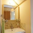 四季を感じ暮らしを楽しむ家の写真 アクセントタイルが目を引く洗面室