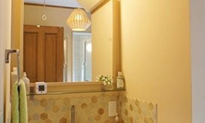 四季を感じ暮らしを楽しむ家 (アクセントタイルが目を引く洗面室)