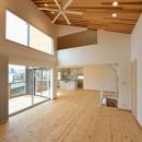 外観は黒、内観は白×ナチュラルスリット階段や大きな窓で開放感溢れる家の写真 天井も高く開放的な空間に
