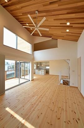 外観は黒、内観は白×ナチュラルスリット階段や大きな窓で開放感溢れる家 (天井も高く開放的な空間に)