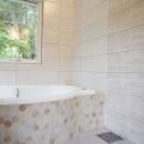 四季を感じ暮らしを楽しむ家の写真 緑を感じるバスルーム