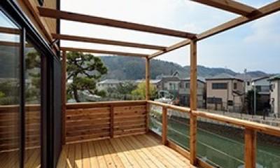 外観は黒、内観は白×ナチュラルスリット階段や大きな窓で開放感溢れる家 (広々としたテラス)