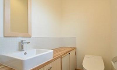 外観は黒、内観は白×ナチュラルスリット階段や大きな窓で開放感溢れる家 (トイレもシンプルでスタイリッシュ)