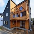 外観は黒、内観は白×ナチュラルスリット階段や大きな窓で開放感溢れる家の写真 外観テラス側 ~木とブラックのコントラスト~