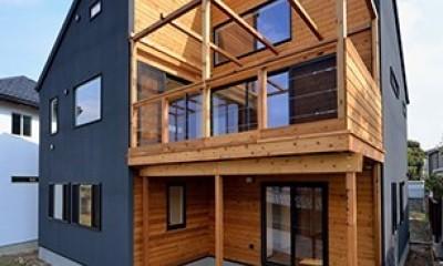 外観は黒、内観は白×ナチュラルスリット階段や大きな窓で開放感溢れる家 (外観テラス側 ~木とブラックのコントラスト~)