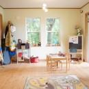 四季を感じ暮らしを楽しむ家の写真 光が差し込む子供部屋