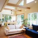 四季を感じ暮らしを楽しむ家の写真 吹き抜けリビング