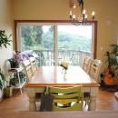 四季を感じ暮らしを楽しむ家の写真 窓から見える山々に四季を感じことができるダイニング