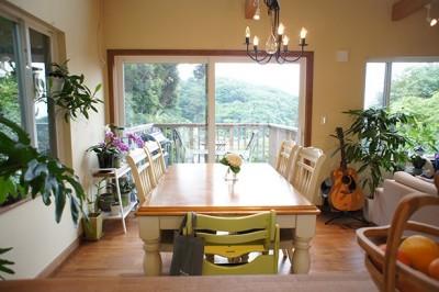 窓から見える山々に四季を感じことができるダイニング (四季を感じ暮らしを楽しむ家)