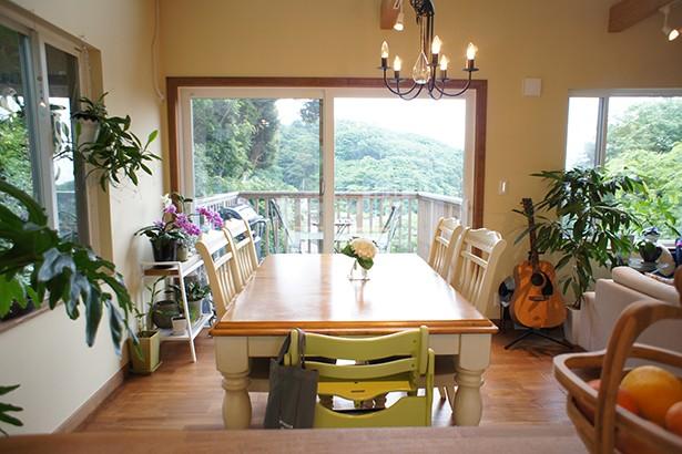 リビングダイニング事例:窓から見える山々に四季を感じことができるダイニング(四季を感じ暮らしを楽しむ家)