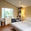 四季を感じ暮らしを楽しむ家の写真 シンプルな寝室
