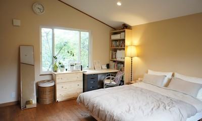 四季を感じ暮らしを楽しむ家 (シンプルな寝室)