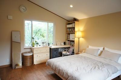 シンプルな寝室 (四季を感じ暮らしを楽しむ家)