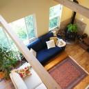 四季を感じ暮らしを楽しむ家の写真 2階からリビングを眺める