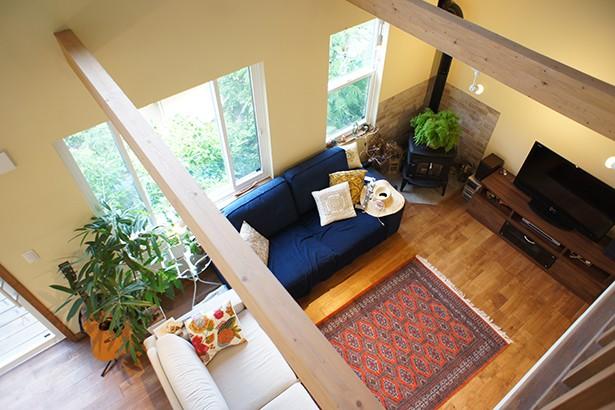 四季を感じ暮らしを楽しむ家 (2階からリビングを眺める)