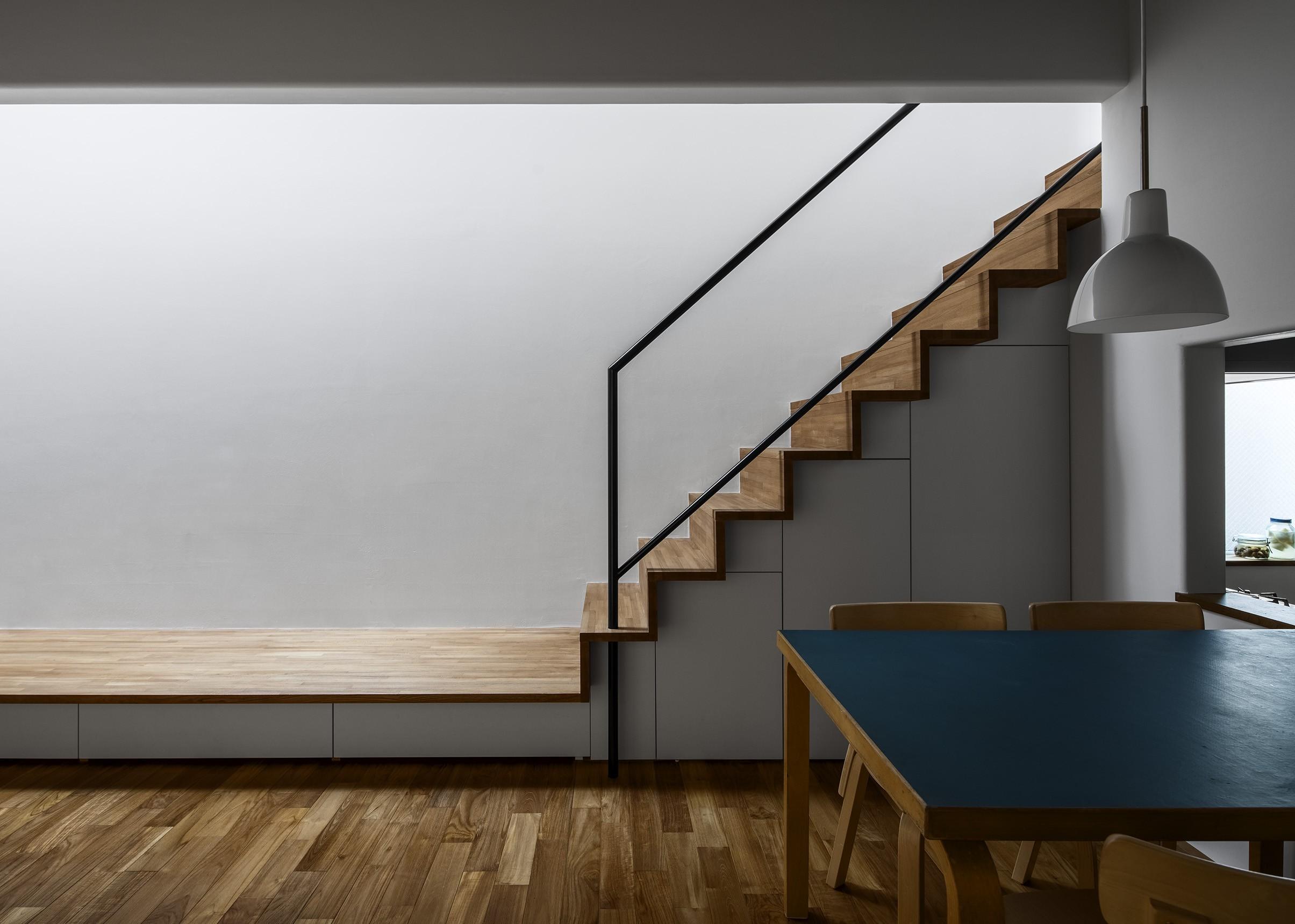 リビングダイニング事例:カウンターから繋がる階段(井の頭О邸 -シームレスに包まれる温もりの家-)