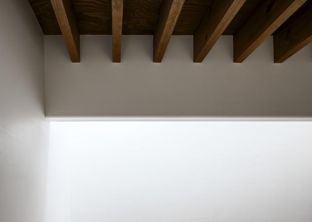 井の頭О邸 -シームレスに包まれる温もりの家- (漆喰の壁と垂木露しの木天井)