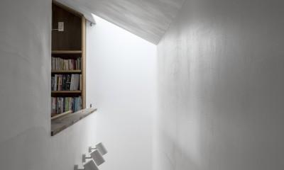 井の頭О邸 -シームレスに包まれる温もりの家- (スリット状の吹抜と天窓)