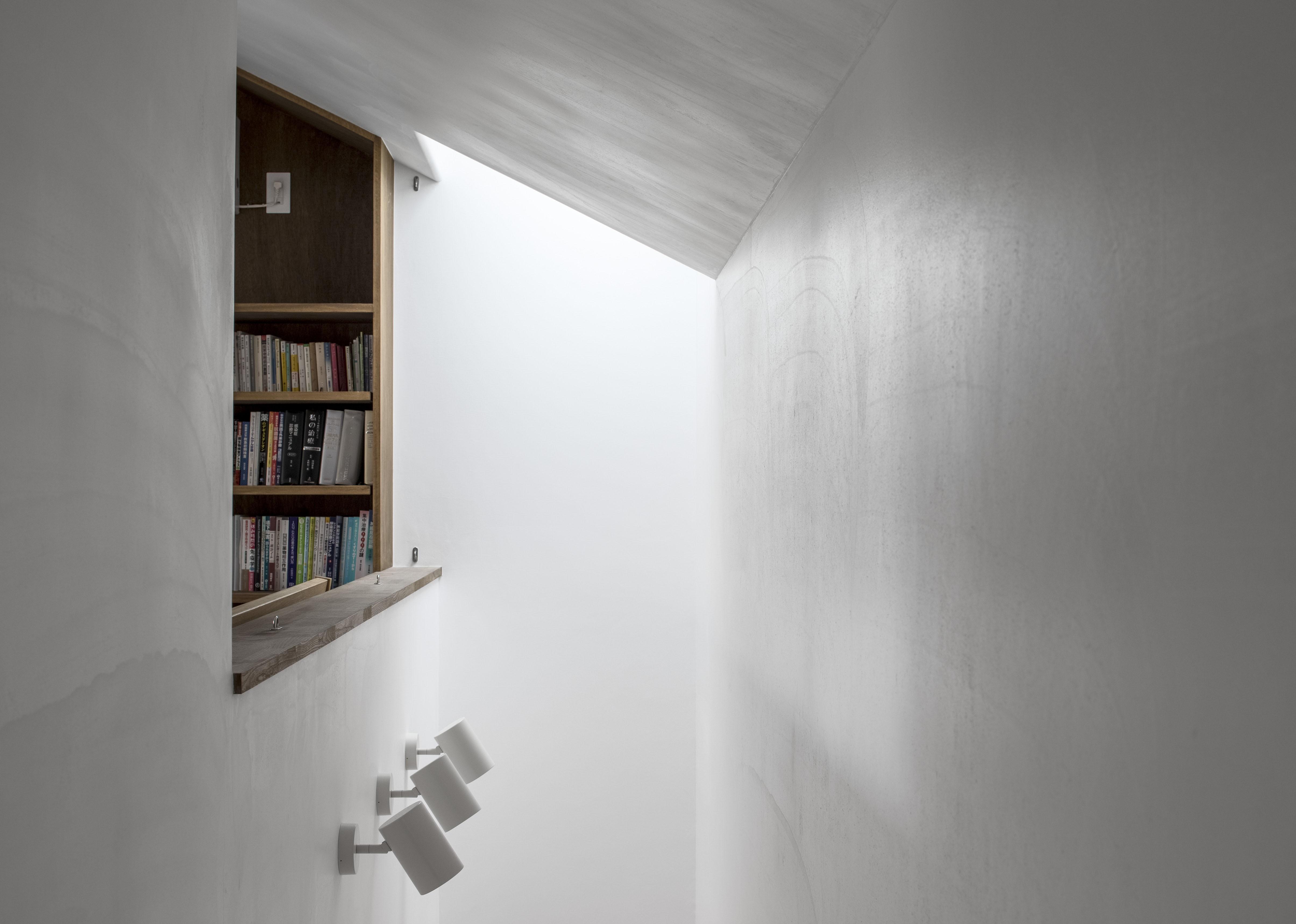 その他事例:スリット状の吹抜と天窓(井の頭О邸 -シームレスに包まれる温もりの家-)