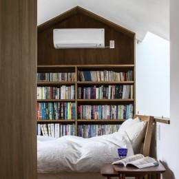 井の頭О邸 -シームレスに包まれる温もりの家- (主寝室、家形の本棚)