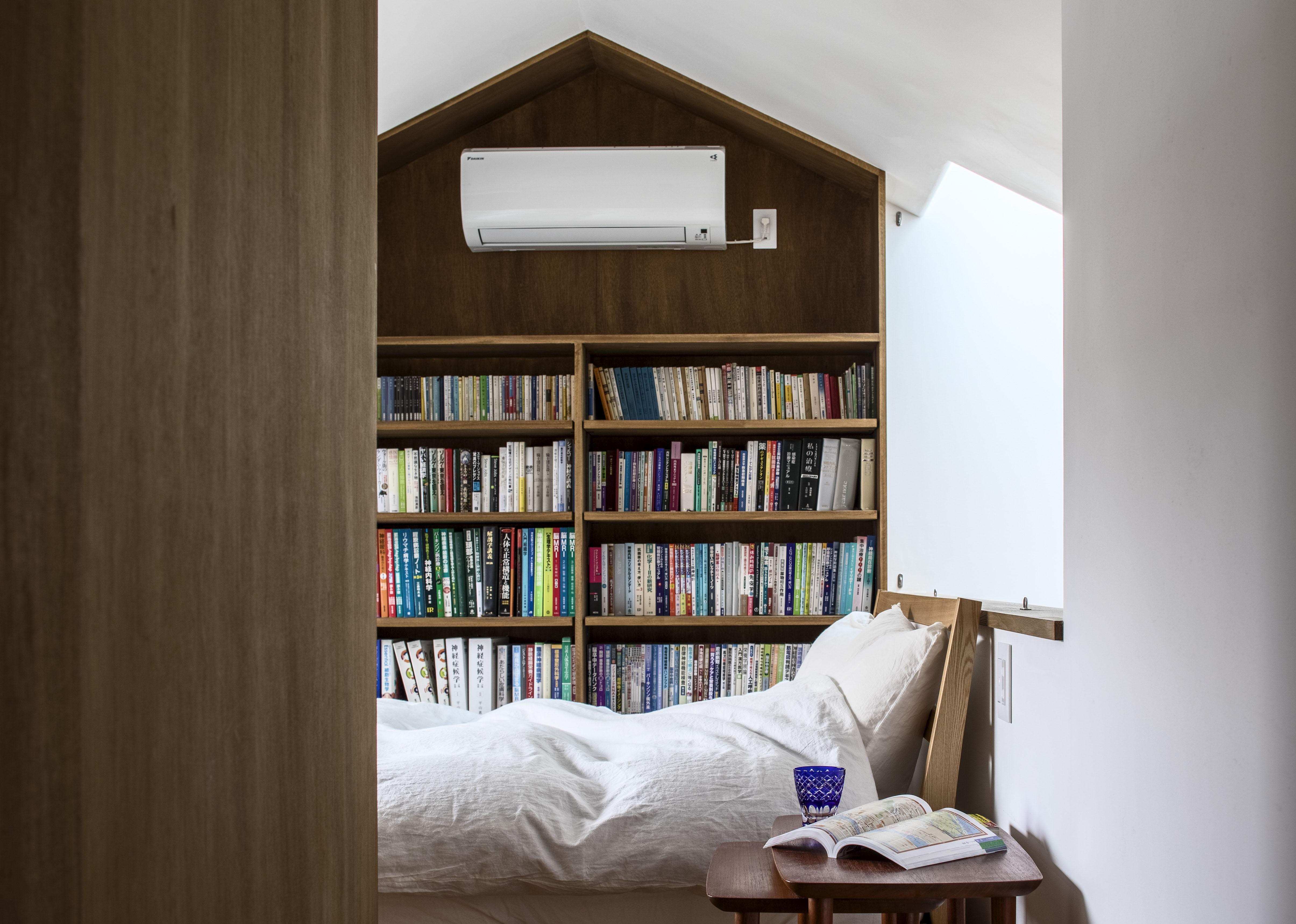 ベッドルーム事例:主寝室、家形の本棚(井の頭О邸 -シームレスに包まれる温もりの家-)