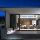 浜松H邸 -庭とリビングが一体化する平屋の邸宅-の写真 庭からリビングを望む