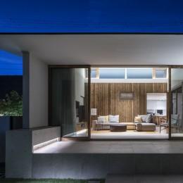 浜松H邸 -庭とリビングが一体化する平屋の邸宅- (庭からリビングを望む)