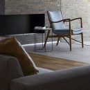 浜松H邸 -庭とリビングが一体化する平屋の邸宅-の写真 エタノール暖炉とフィンユールの椅子