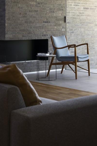 エタノール暖炉とフィンユールの椅子 (浜松H邸 -庭とリビングが一体化する平屋の邸宅-)
