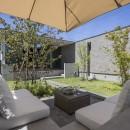 浜松H邸 -庭とリビングが一体化する平屋の邸宅-の写真 アウトサイドロビング