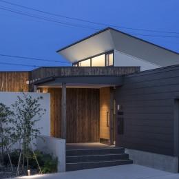 浜松H邸 -庭とリビングが一体化する平屋の邸宅- (玄関部の外観)