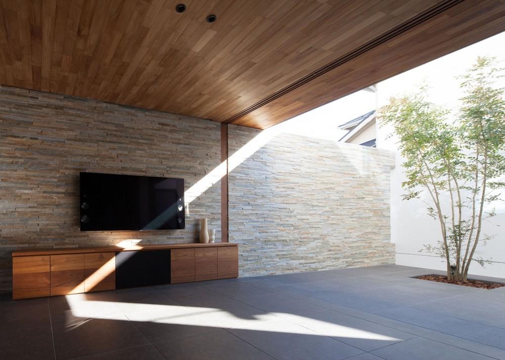 石壁の家 -内外の連続性をつくりだす石壁- (中庭と一体となるリビング)